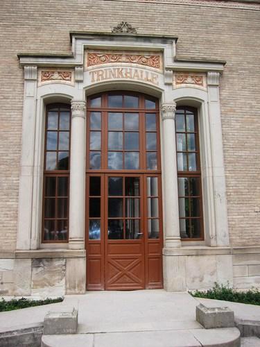 La porte qu'empruntaient les curistes venant du casino pour entrer dans la Trinkhalle.