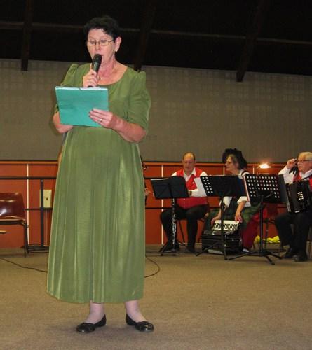 """En écho au Lohnerlied, Véronique Rigo, sécretaire de la SHR fit la lecture du poème """"Rixa"""", un hymne à Rixheim."""