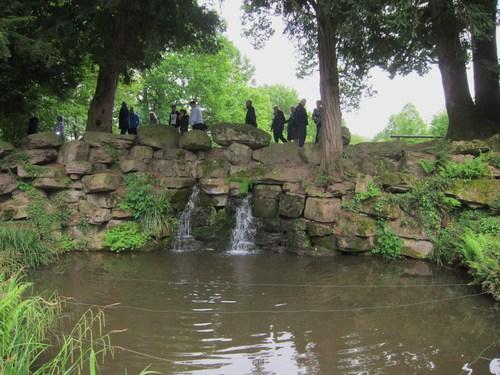 La petite cascade aménagée dans le parc.