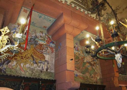 Dans la salle d'apparat du Kaiser les fresques sont l'oeuvre du peintre Léo Schnug, né à Strasbourg, d'un père allemand et d'une mère alsacienne, originaire de Lmapertheim.