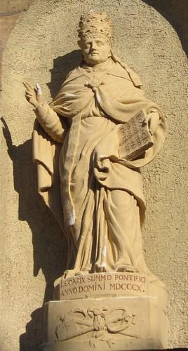 Sur la façade le pape Léon IX est reptésenté sous les traits de Napoléon Bonaparte une statue mise en place en 1808.