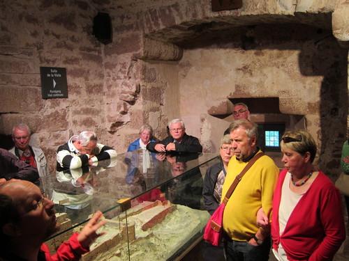 Le guide raconta l'histoire du château en partant de la maquette de la ruine féodale, le château ayant été détruit par les Suédois lors de la Guerre de Trente Ans.