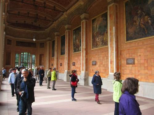 Dans la galerie de la Trinkhalle, des fresques, voulues par le Grand-Duc Léopold, évoquent des contes et des légendes de la région de Bade.