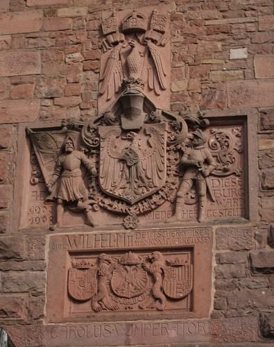 La sculpture du portail d'honneur met en évidence la filiation entre les Habsbourgs et les Hohenzollern.