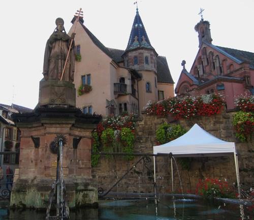 La place centrale avec la statue de Léon IX, le château d'Eguisheim et la chapelle