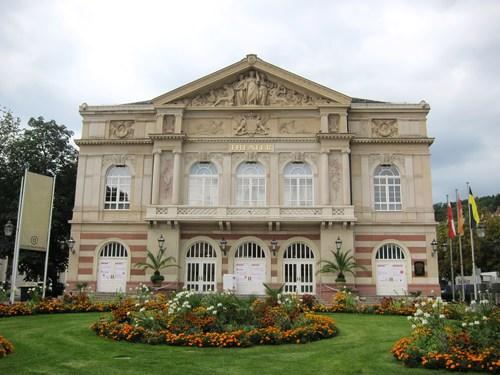 """La façade du très beau théâtre de Baden-Baden, avec en médaillon les portraits de Goethe et Schiller. Pour l'inauguration du théâtre en 1862, Hector Berlioz créa et dirigea l'opéra """"Béatrice et Bénédicte""""."""