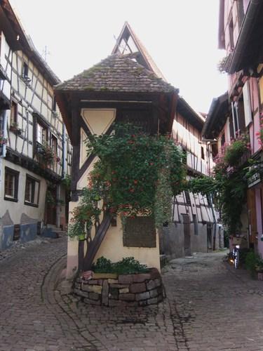 Le pigeonnier d'Eguisheim, une des images typiques de la petite cité viticole.