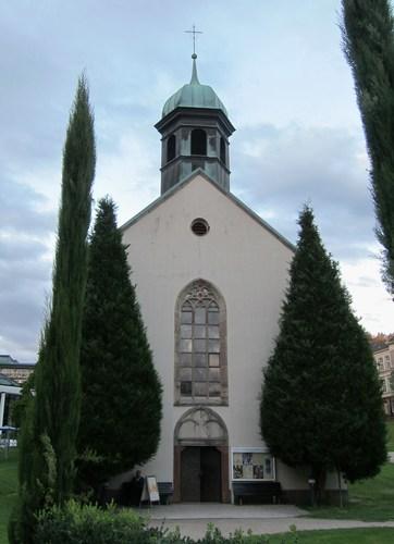 La Spitalskirche, édifiée en 1486, était l'église de l'ancien hôpital communal qui voisinait avec la zone des établissemenst thermaux et qui fut rasé lors de la construction des bains de 1962 qui remplacèrent l'Augustabad.