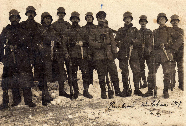 Le sous-officier Léon Reymann au milieu de ses hommes, sur le front russe en février 1917.