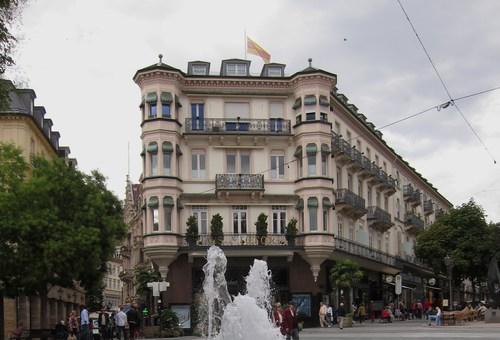 La Lépoldplatz est bordée par l'élégant Hôtel Victoria, dont le nom rappelle le séjour de la reine d'Angleterre Victoria. L'hôtel accueillit d'autres têtes couronnées comme le roi de Belgique.