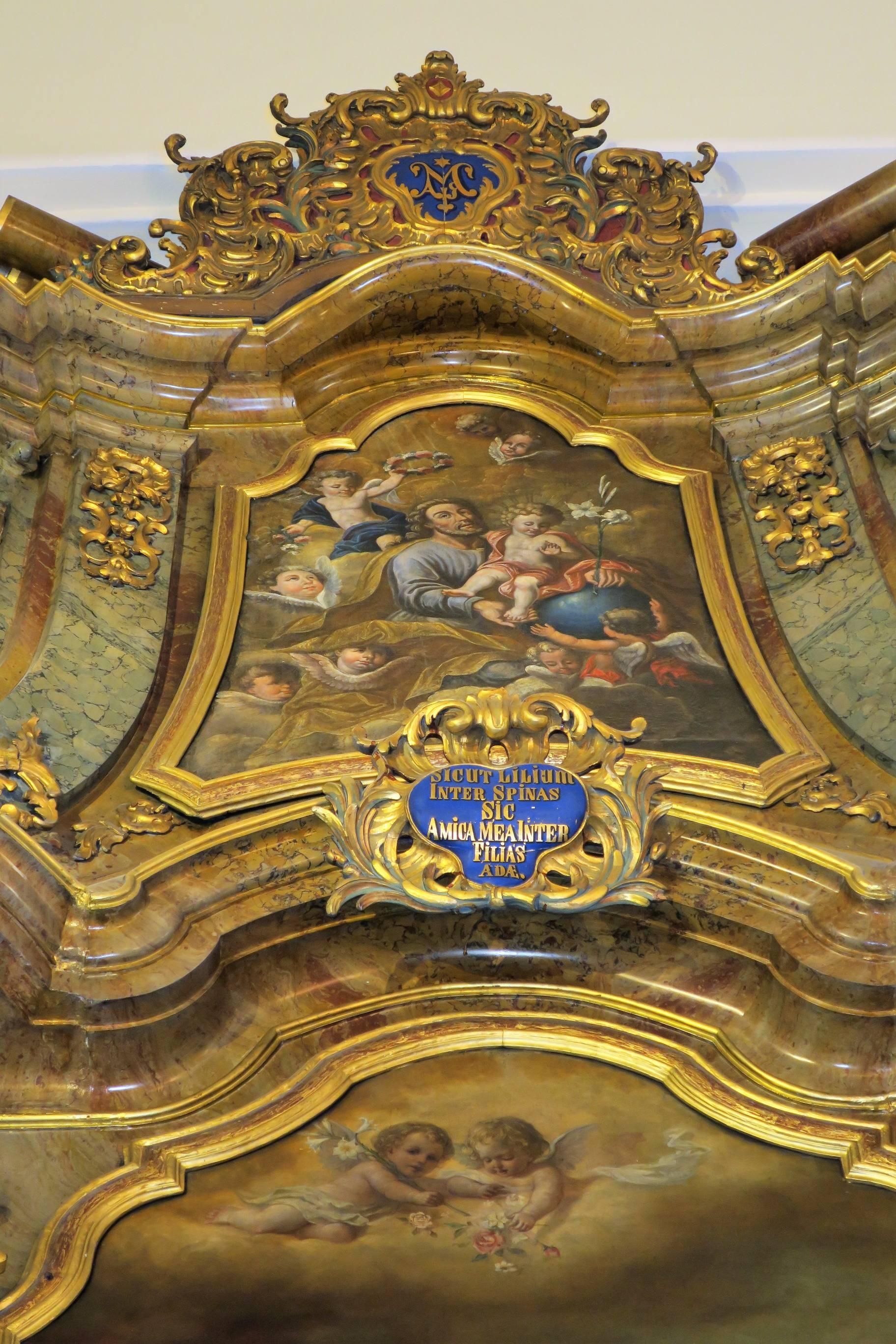 Le médaillon de l'autel latéral droit représente la Glrorification de Saint Koesp.