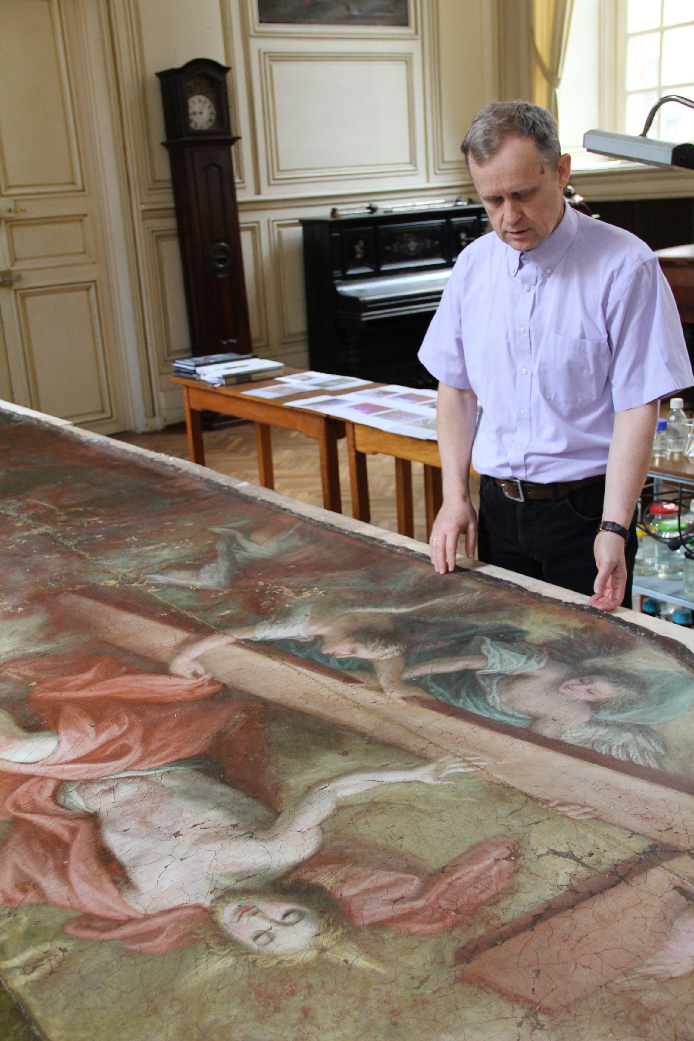 Victor Karpenko dans son atelier devant le tableua de Saint Léger.
