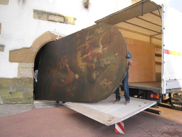 Le tableau du maître autel représentant la Glorification de Saint Léger est emmené en restauration dans l'atelier strasbourgeois de Victor Karpenko.