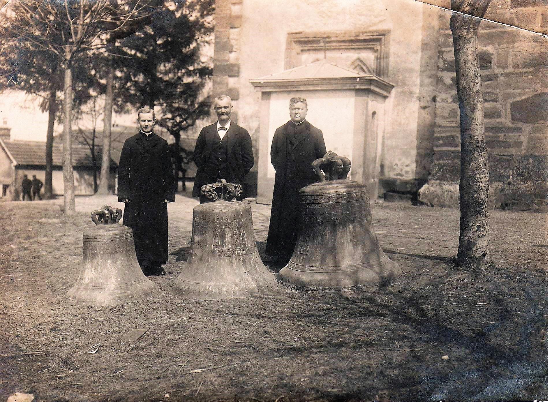 Le dimanche 8 avril 1917, jour de Pâques, le curé Albret geiss (à droite), le maire Ivan reymann (au centre) et le vicaire Paul Kuentz posent devant les trois cloches réquisitionnées : de gauche à droie, dans l'ordre croissant la clcohe Saint Sébastien (1828), la clcohe Saint-Joseph (1895) et la clcohe Sainte Marie (1895).