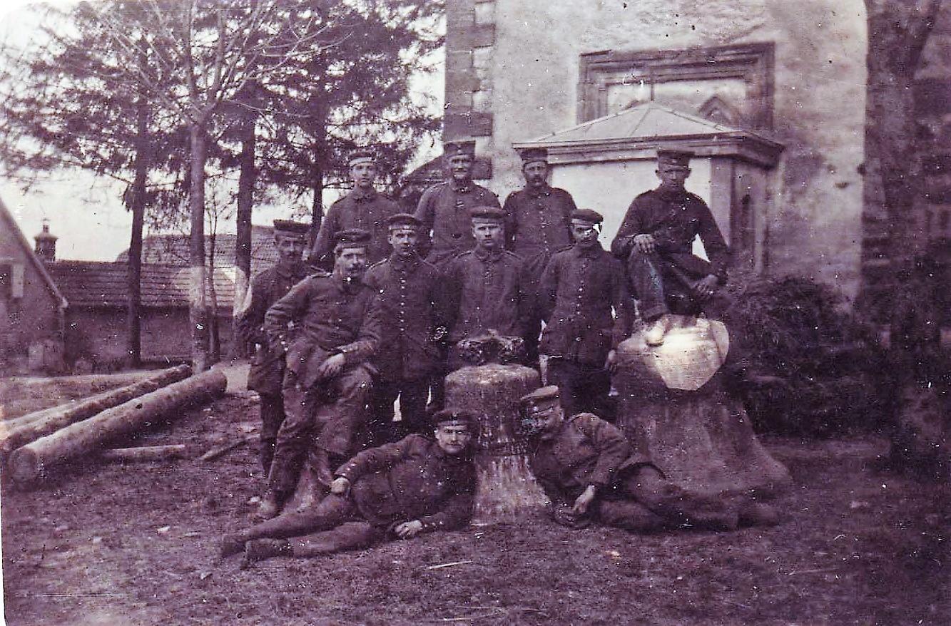 Les soldats allemands posent devant les trois cloches jetées du haut du clocher, le samedi 7 avril 1917, la veille de Pâques.