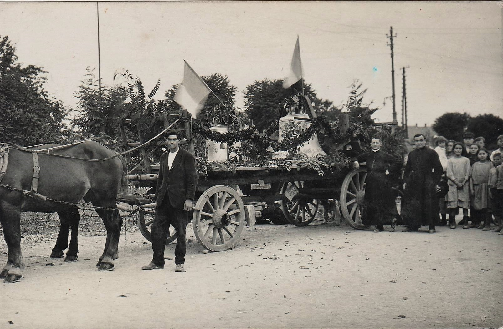 En juillet 1924, les deux cloches fondues par Louis Debaille, à Jeumont, dans le Nord, arrivent en gare de Rixheim.
