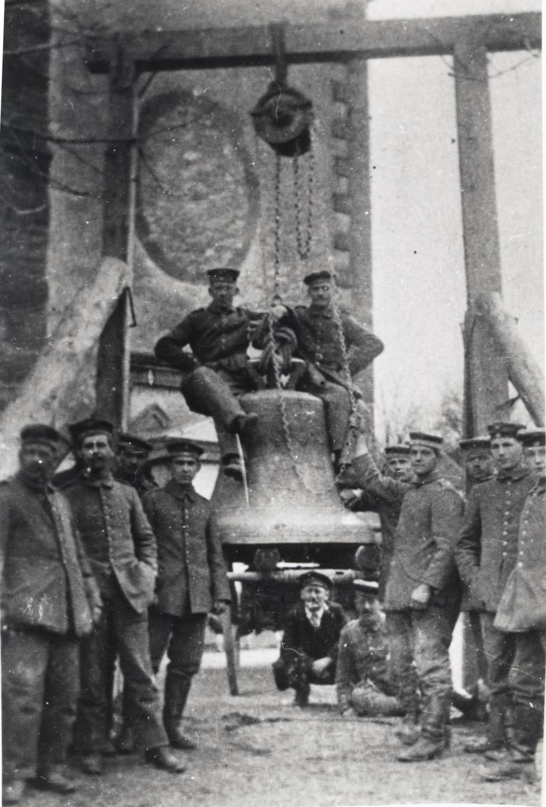 Le lundi 9 avril 1917, les soldats allemands hissent les cloches sur la charette de martin Schaub.