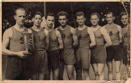 Léon Lizlet était le capitaien-entraineur de l'équipe de basket du Cervme saint léger. Sur cette photo de 1947, cest lui qui,tient la coupe.