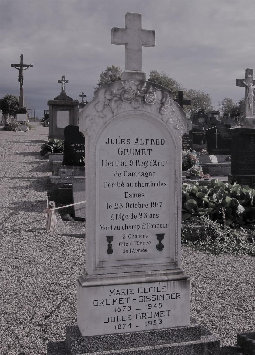 La tombe de Jules Grumet, au bord de l'allée centrale du cimetière de Rixheim.