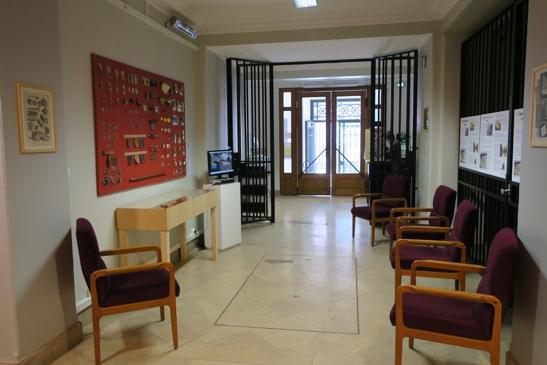 Dans le hall de l'ancienne Banque de France, avec ses portes de sécurité.