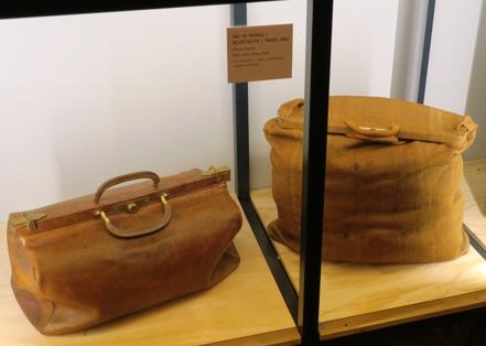 A droite, un sac de voyage de la maison Moynat, de 1910, en cuir et laiton, et à gauche un sac à linge, de 1850, en cuir et lin.