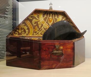 Un coffret, en bois, pour chapeau bicorne (vers 1900).