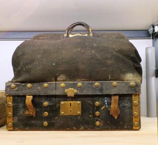 Un sac de diligence de 1830 (toile sèche-laiton-cuir)
