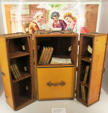 Une malle bibliothèque de 1923 de Louis Vuitton.