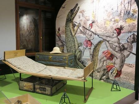 Une malle-lit, Louis Vuitton, de 1868. Il s'agit du modèle civil, conçu pour les explorateurs. Un bagage de ce type fut commandé à Louis Vuitton, en 1901, par l'explorateur Pierre Savorgnan de Brazza. Il existait aussi une version militaire de cette malle-lit, plus petite et sans appui-tête ni pied de lit.