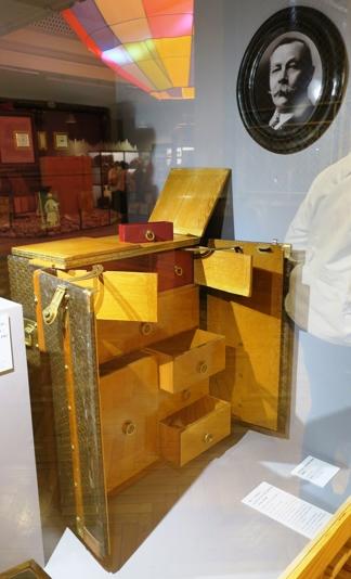 La malle-bureau de la maison Goyard, vers 1920 : il s'agit du modèle Arthur Conan Doyle, car un tel meuble fut commandé par l'auteur des aventures de Sherlock Holmes.
