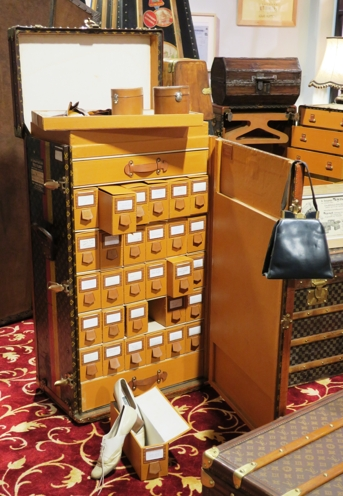 """Un secrétaire à chaussures """"Lily Pons"""" de la maison Louis Vuitton. Ce bagage fut commandé à la prestigieuse maison parisienne par la cantatrice Lily Pons ( 1898- 1976). Elle souhaitait pouvoir se déplacer en emportant une trentaine de paires de chaussures."""