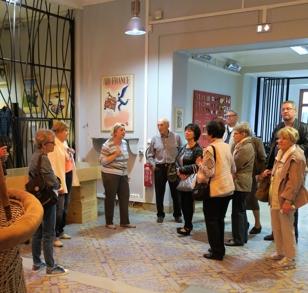 Le deuxième groupe à l'écoute des explications de la guide.