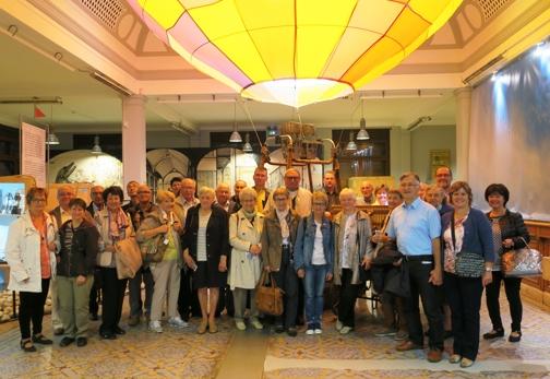 Le groupe des 30 excursionnistes, dans le hall, devant une montgolfière, évoquant les voyages du XIX siècle.