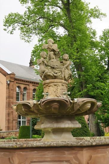 """Les abeilles qui décorent la fontaine évoquent la devise cistercienne """"Ora et labora"""", la prière et le travail."""