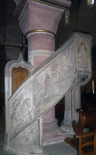 La rampe d'accès de la chaire est ornée d'une sculpture de Saint Georges, le patron de l'église.