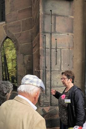 La guide nous montre les étalons des mesures de longeur, en vigueur dans la cité de Haguenau.