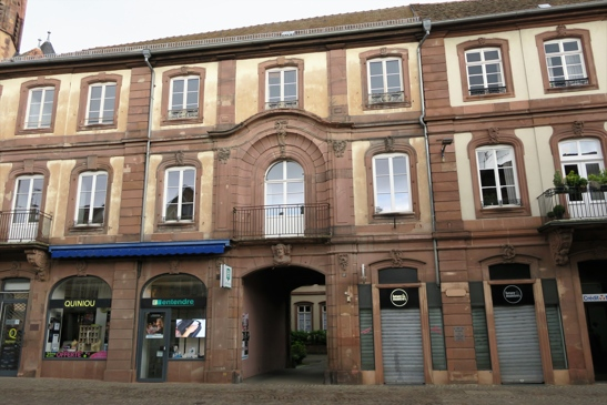 L'énorme hôtel particulier construit par le Bailli Hoffmann: suite à sa faillite en 1779, les linteaux de la partie gauche ne furent pas terminés.