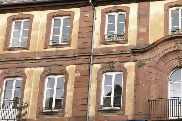 Suite à la faillite du Bailli Hoffmann en 1779, la décoration des linteaux des fenêtres de la partie gauche du ba^timent ne fut pas achevée.