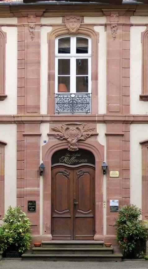 Dans la cour intérieure, la porte d'entrée du bâtiment rappelle qu'il s'agit bien de la demeure construite par le Bailli Hoffmann.