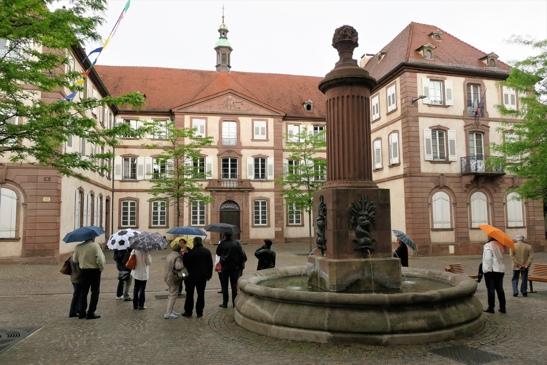 L'ancien hôpital bourgeois du XVIIIème siècle, avec une chapelle à rotonde et au premier plan la fontaine aux dauphins, édifiée sous Charles X.