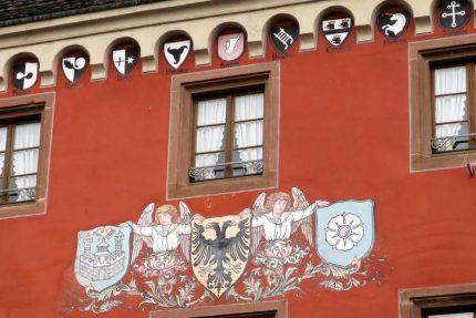 La façade du bâtiment est ornée des blasons des bourgeois qui ont dirigé la ville. On y trouve aussi l'aigle du Saint-Empire-Romain-Germanique avec à sa droite une reproduction du château de Haguenau de Frédéric le Borgne et à sa gauche le blaosn de la ville de haguenau : la rose quintefeuille qui figurait sur le sceau de l'ancienne ville libre d'Empire.