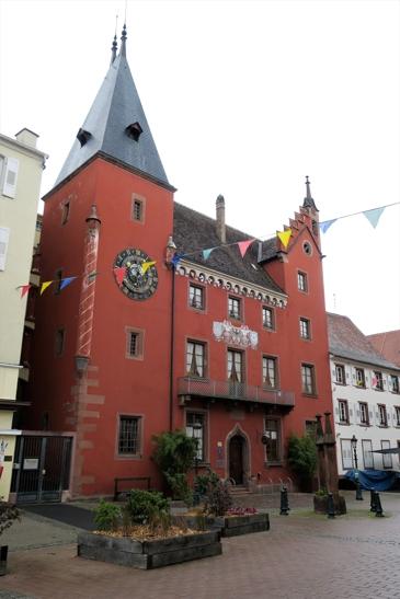 L'ancienne chancellerie de la Décapole., avec sur la tour de gauche la reproduction de l'horloge de l'Hôtel de Ville d'Ulm, mise au point par Isaac Habrecht, concepteur de l'horloge astronomique de la cathédrale de Strasbourg.. Cette horloge