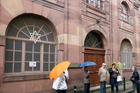 Devant la synagogue de 1821.