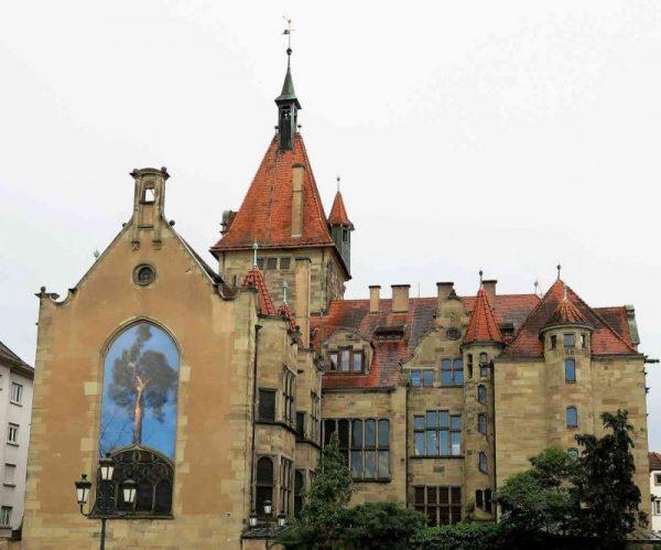 L'arrière du Musée, un bâtiment mélangeant l'architecture médiévale et les influences de la renaissance.