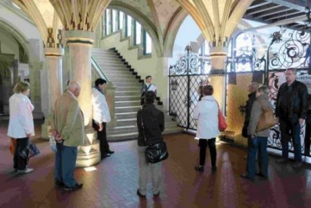 Dans le hall du Musée.