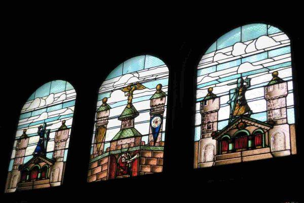 La partie supérieure du vitrail représente le château impérial de Haguenau.
