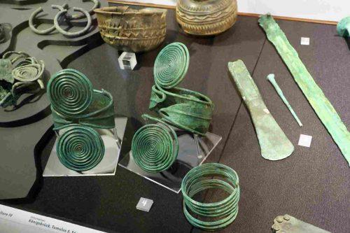 Des bijoux, des outils, de la céramique trouvés dans les tumulus.