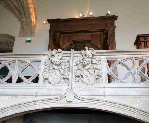 Le bacon néo-gothique, avec les armes des Hanu-Lichtenberh, à gauche et celles des Falkenstein, à drroite.