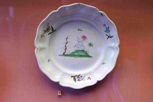 Plat rond à décor chinois produit par Joseph Hannong vers 1770.
