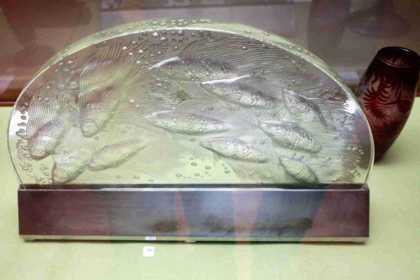 """Un surtout, un dessus""""Yéso""""décoré de douze poissons chinois de René Lalique.-de table,"""